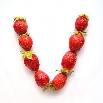 Litera v alfabetu angielskiego czerwonych świeżych truskawek na białym tle