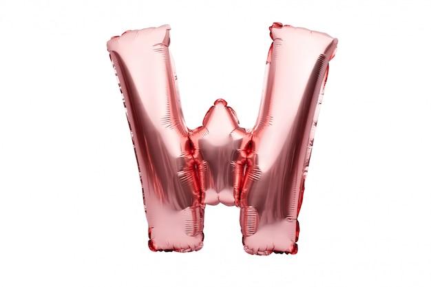 Litera w wykonana z różowego złotego nadmuchiwanego helu balonu na białym. balonowa czcionka w kolorze złotej różowej części pełnego zestawu alfabetu wielkich liter.