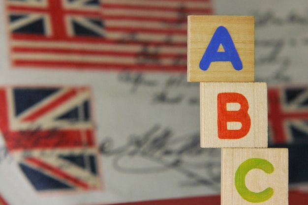 Litery abc alfabetu angielskiego na drewnianych kostkach