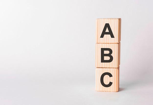 Litery abc z drewnianych klocków w formie słupków