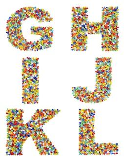Litery alfabetu od g do l wykonane z kolorowych szklanych koralików na białym tle