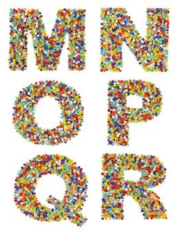 Litery alfabetu od m do r wykonane z kolorowych szklanych koralików na białym tle