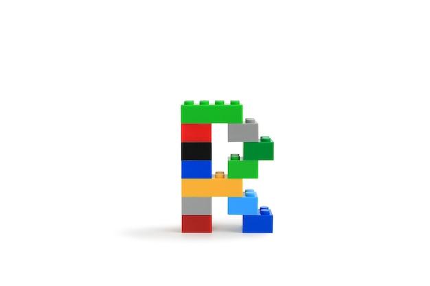 Litery alfabetu r od konstruktora kolorowych klocków z tworzywa sztucznego na białym tle