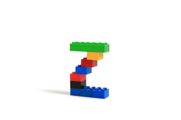 Litery alfabetu z od konstruktora kolorowych klocków z tworzywa sztucznego na białym tle. obraz ze ścieżką przycinającą