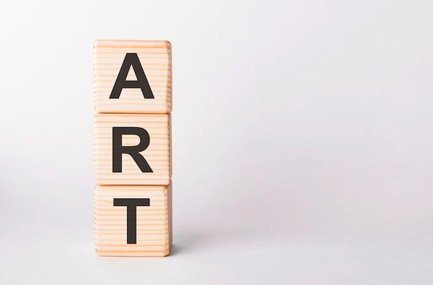 Litery art z drewnianych klocków w formie słupków na białym tle, kopia przestrzeń