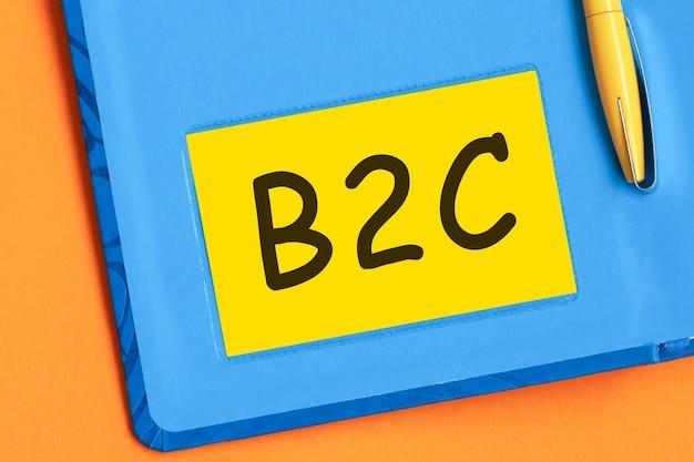 Litery b2c są napisane czarnymi literami na żółtym papierze firmowym