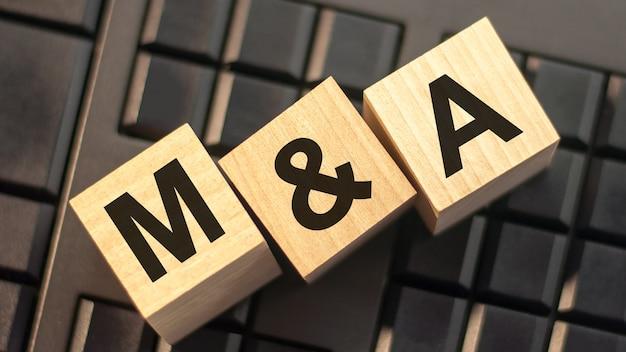 Litery m i a wykonane z drewnianych klocków