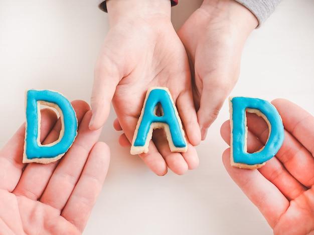 Litery w postaci słowa dad