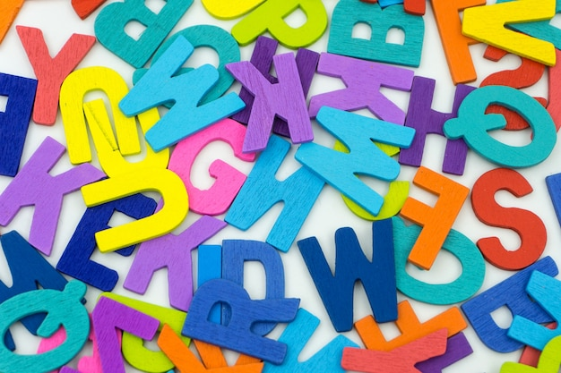 Litery wykonane ze sklejki na białym tle.