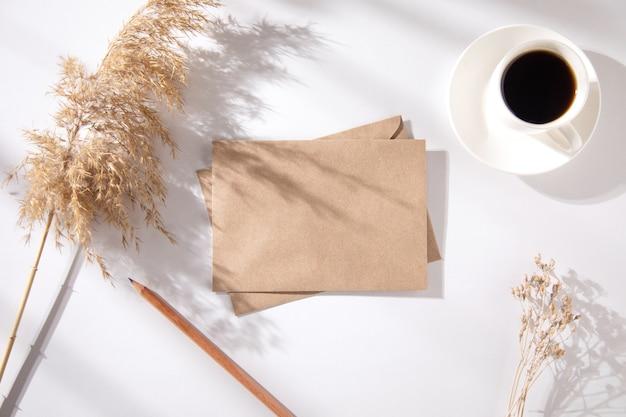 Litery z dekoracją z trawy i filiżanką kawy na stole