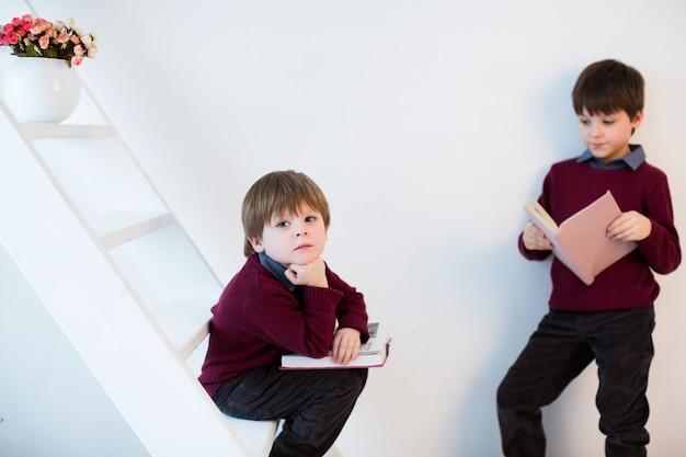 Little dreamers. uczniowie czytają książki na białym tle.