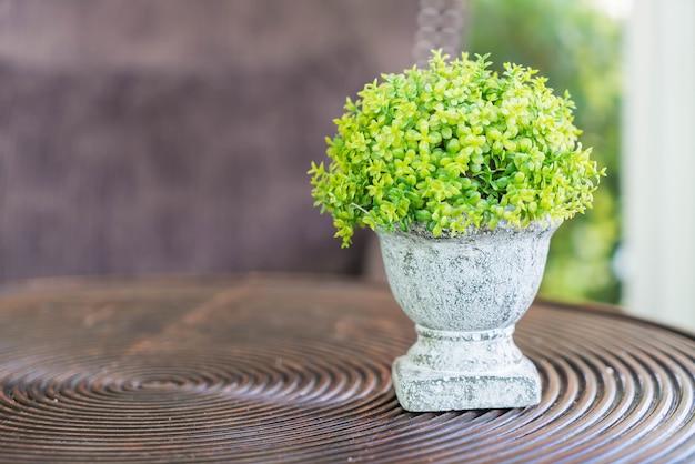 Little green doniczki na drewnianym stole