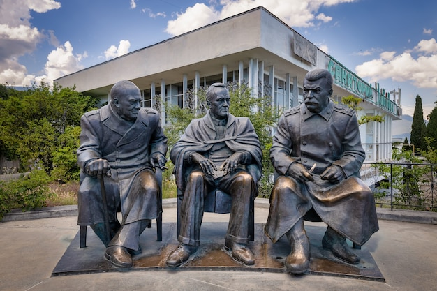 Livadia crimea pomnik stalina roosevelta i churchilla z okazji rocznicy konferencji