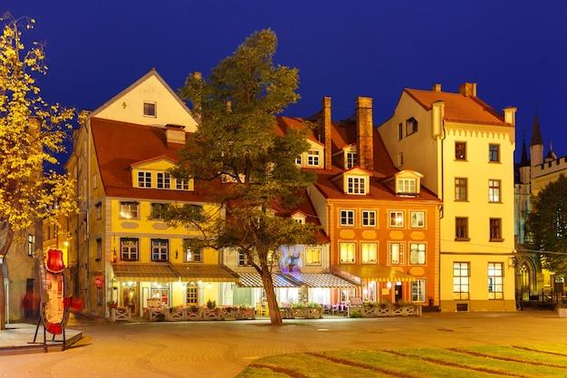 Livu square na starym mieście w rydze w nocy, łotwa