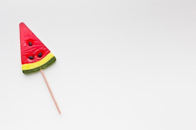 Lizak kształt arbuza na białym stole z miejsca kopiowania