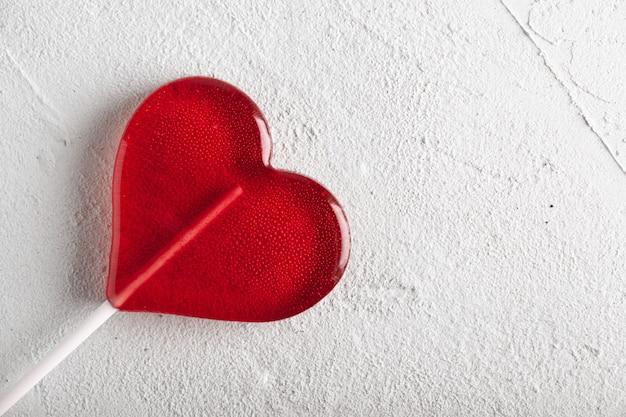 Lizak z czerwonym sercem. cukierek.
