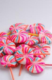 Lizaki kolorowe ręcznie robione lizaki na białym tle