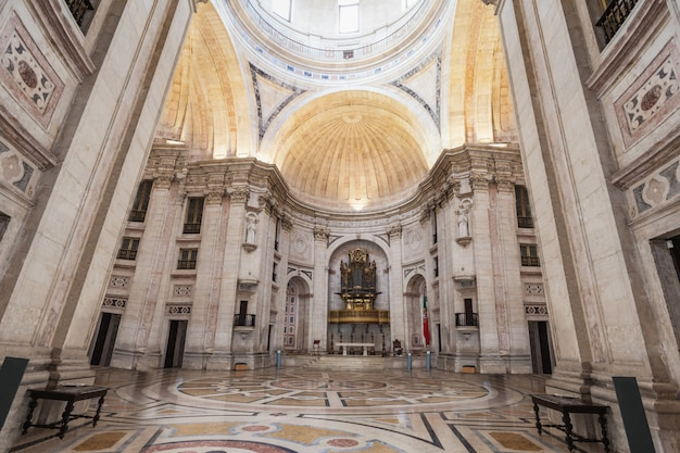 Lizbona - 24 czerwca: narodowy panteon (kościół santa engracia) to xvii-wieczny pomnik na 24 czerwca 2014 r. w lizbonie, portugalia