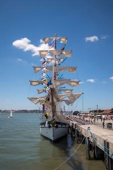 Lizbona, portugalia: 22 lipca 2016 r. - wyścig tall ships to duże wydarzenie żeglarskie, podczas którego wielkie majestatyczne statki z żaglami są prezentowane publiczności do zwiedzania.