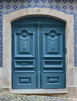 Lizbona tradycyjne drzwi z niebieskimi pięknymi kafelkami azulejo