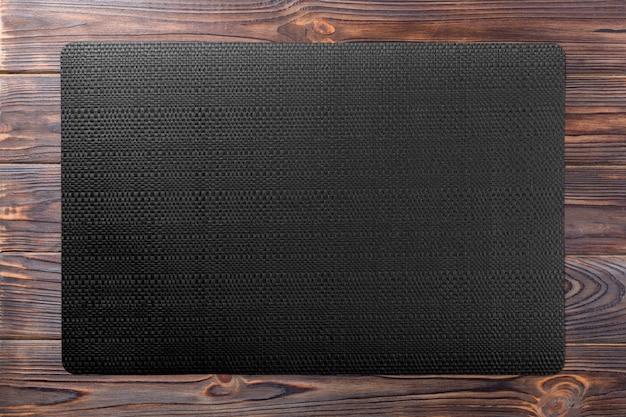Lniany obrus na drewnianym stole