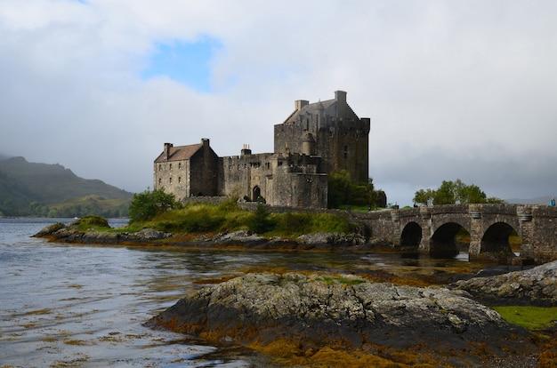 Loch duich otaczające zamek eilean donan w szkocji.