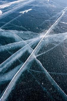 Lód jeziora bajkał z długimi pięknymi pęknięciami