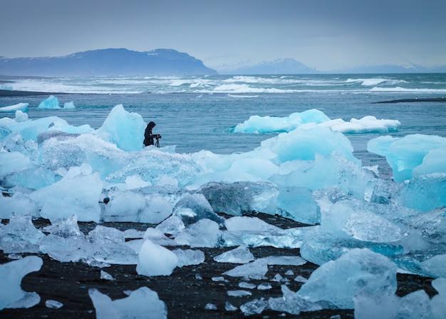 Lód na wybrzeżu z fotografem