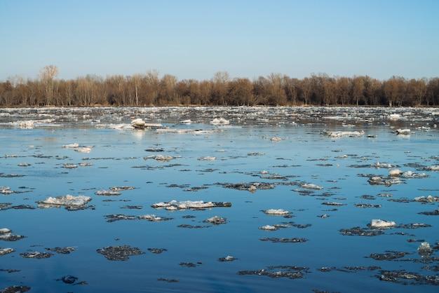 Lód płynie w dół rzeki. obraz w tle topniejącego lodu. rozmrażanie lodu w okresie wiosennym.