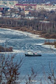 Lód pływa po wołdze wiosną