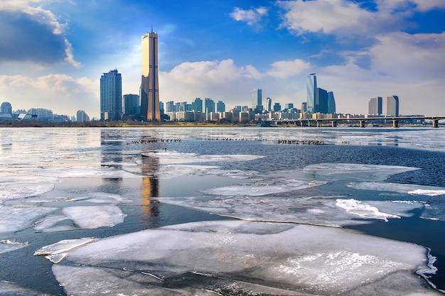 Lód rzeki han i pejzaż zimą, seul w korei południowej.