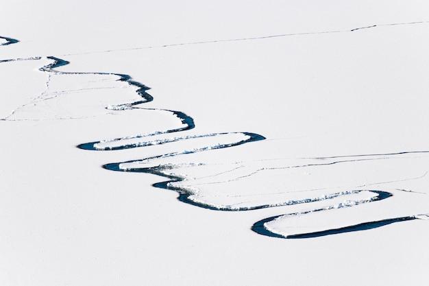 Lód ze śniegiem na jeziorze. widok z lotu ptaka drona. streszczenie tle przyrody. jezioro bajkał, syberia, rosja.