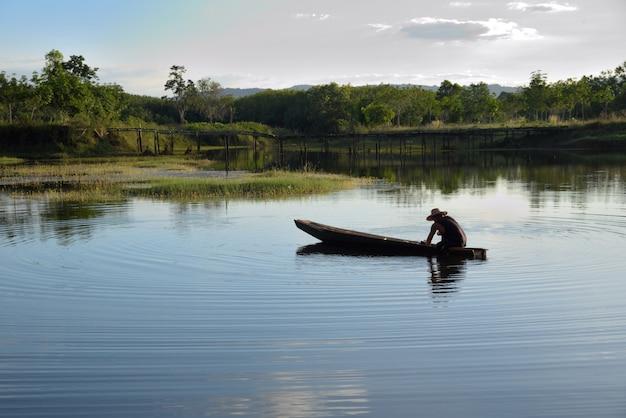 Łódka rybaka na rzece i górskiej przyrodzie