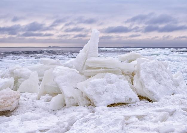 Lodowa kra pękająca na brzegu z lodem morskim w mroźną zimę. zatoka bałtycka.