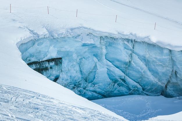 Lodowa ściana w alps górach austria. w pobliżu ośrodka narciarskiego pitztaler gletscher