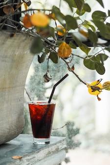 Lodowa tajlandzka herbata z światłem pod liściem