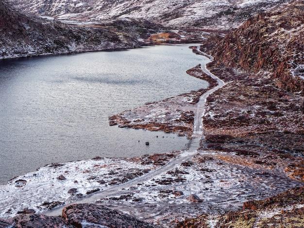 Lodowata zimowa droga przez tundrowe wzgórza w teriberce