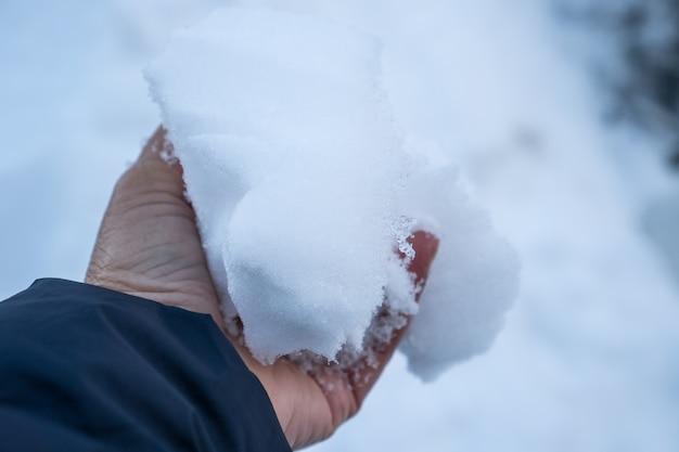Lodowaty śnieg w ręku