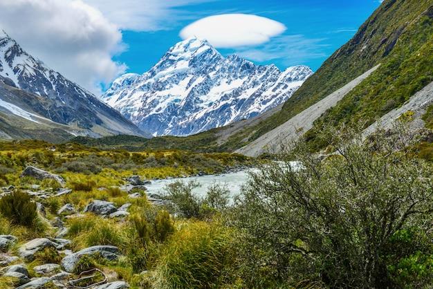 Lodowaty strumień między skałami i żwirem w dziwki dolinie od aoraki góry cook parka narodowego, nowa zelandia