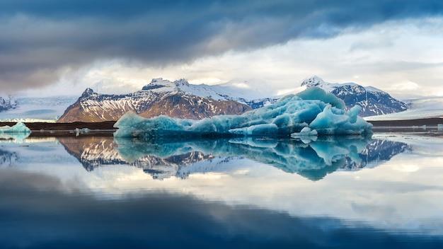 Lodowe góry w jeziorze lodowcowym jokulsarlon, islandia.