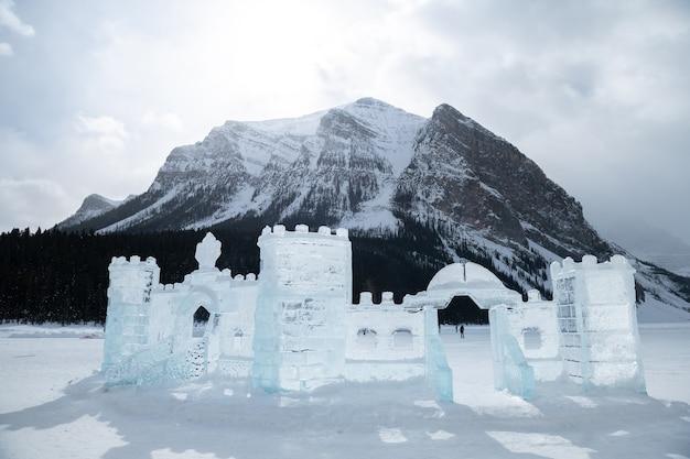 Lodowe rzeźby na jeziorze louise, park narodowy banff zimą, alberta, kanada