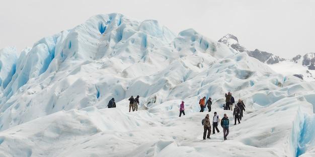 Lodowi wspinacze na lodowcu perito moreno, parku narodowym los glaciares, prowincji santa cruz, patagonii,