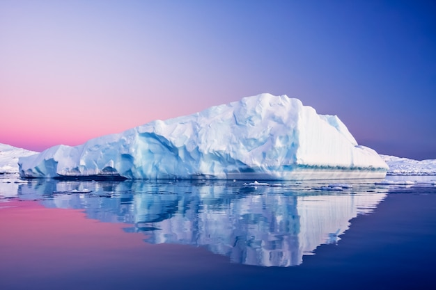 Lodowiec antarktyki w śniegu. piękne zimowe tło. baza badawcza vernadsky.