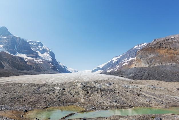 Lodowiec athabasca columbia icefields, kanada. niezwykłe krajobrazy naturalne.