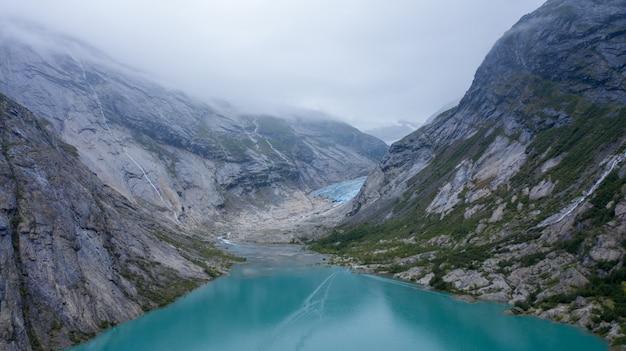 Lodowiec briksdalsbreen w jostedalsbreen w norwegii - topnieje z powodu globalnego ocieplenia