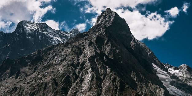 Lodowiec górski, widok panoramiczny. wspaniały widok na góry, baner. wspaniały widok na strome zbocza w słoneczny zimowy dzień. szczyt, baner. skopiuj miejsce