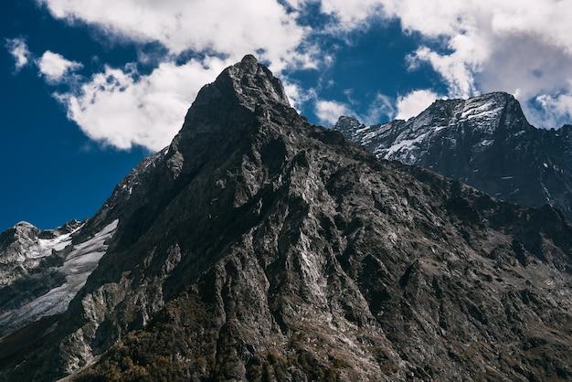 Lodowiec górski. wspaniałe widoki na góry. wspaniały widok na strome zbocza w słoneczny zimowy dzień. szczyt górski. skopiuj miejsce
