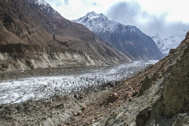 Lodowiec hopar lub lodowiec hopper porośnięty jest gruzem, głazami i błotem, dolina nagar. gilgit baltistan, pakistan.