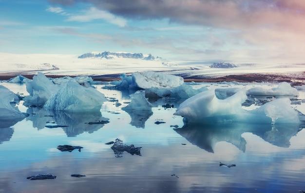 Lodowiec na czarnej wulkanicznej plaży iceland