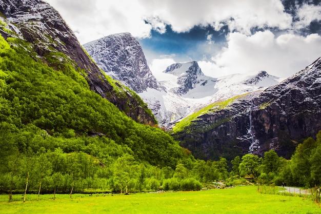 Lodowiec na górze. podróżuj po europie. letnia przyroda w norwegii. piękny wiosenny krajobraz w skandynawii. turystyka w europie. charakter tła. piękny krajobraz z widokiem na góry
